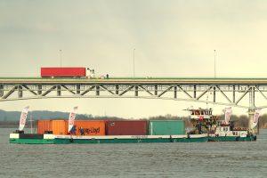 Barka z kontenerami na Wiśle i tir na moście